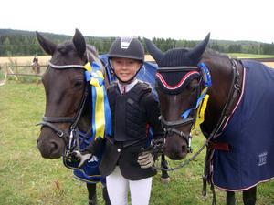Hilda Denkert, Nansta SRF, med sina ponnyer Munsboro Dixie och Black Lady 45.
