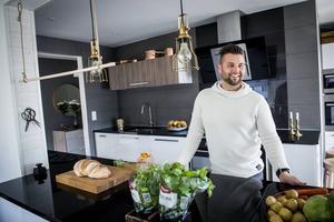 Lennie Hansson älskar sitt kök där naturmaterial har huvudrollen. Till vänster om Lennie i huvudhöjd hänger pastatorkaren som han själv har konstruerat.