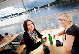 """Marielle Thor från Stockholm och Madelen Olofsson från Sundsvall har åkt hem till Östersund bara för Storsjöyran. """"Det är kul när det händer något och så är det många som kommer hem"""", säger Marielle Thor. Det kan bli flera dagar på stråket för tjejerna. """"Vi mjukstartar i dag"""", säger Madelen Olofsson."""