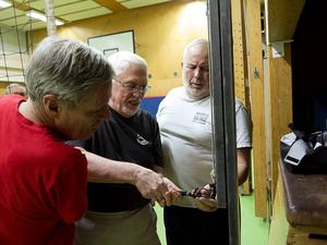 Lars Nordström, Valter Stenman och Ove Lindgren fixar nätet inför kvällens match.224 centimeters näthöjd får räcka. Rekommendationen för män är annars nästan två decimeter högre.