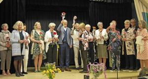 Blommor och stort tack till alla mannekängerna delades ut av föreningens ordförande Eva Jonsson.