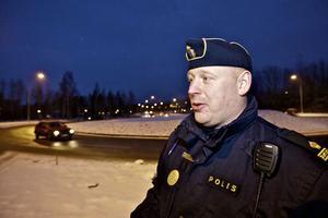 Trafikpolisen Johan Alm ger bilisterna rådet att köra försiktigt och hålla avstånden.