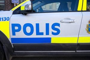 Polisen utreder nu vad som hände i Arbrå natten till lördagen när en kvinna blev stucken i bröstet av ett vasst föremål.