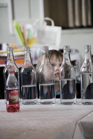 Emma Romelin, tre år, ville också spela på flaskor.
