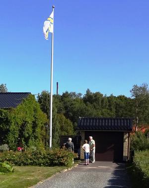 Den norrländska flaggan vajar på Soldatvägen hos kapten Thors.