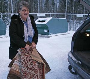 Till nytta för någon annan. Gunilla Kvarström från Hofors passade på att bland annat på att skänka bort sina gamla trasmattor i hopp om att de kommer till nytta hos någon annan.