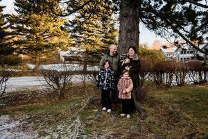 Tommy Stattin och Elina Nordin Larsson tillsammans med barnen Betty och Sindy.