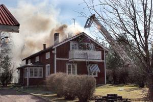 En familj blev hemlös efter branden i ett hus i Valla, Färila, som startade i ett vindsutrymme.