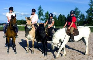 Emma Hermansson, Johanna Södersten och systrarna Linnea och Sanna Gustafsson red på banan innan det blev hundarnas tur att komma in.