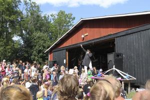 Celebert besök. Ebbot Lundberg bjöd på sin rockröst när han gästade Bröderna Lindgrens familjekonsert under torsdagen.