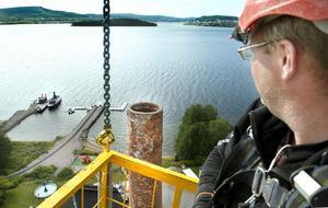 Muraren David Berge på väg  i krankorgen till sin arbetsplats 46 meter upp.