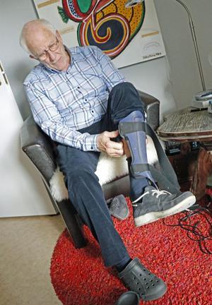 Tack vare en ortos, ett stödhjälpmedel, kan Håkan Karlberg gå stadigt, efter en olycka med en yxa i ungdomen.