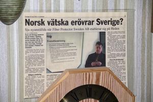 På kontorsväggen hänger ett tidningsurklipp från 2001 som vittnar om Freddy Klaffmos tidigare skyddsmedel.