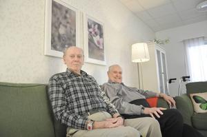 Gunnar Eriksson och Allan Persson parkerade i soffan där de ofta ser sport på teve.