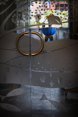 Dopfuntens har placerats så att den omedelbart hamnar i blickfånget när kyrkobesökaren stiger in genom huvudentrén.