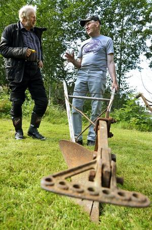 Plogprat. Geron Franzén från Kopparberg pratade gärna plogar och gamla tiders jordbruk med Lars Jansson, tävlingsplöjare från Finnåker.