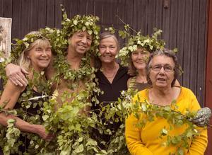 Grön vernissage! Från vänster: videokonstnären Karin Grönlund, fotografen Hans Esselius, galleriägarinnan Agneta Kallur, videkonstnären Marie Grönlund och fotografen Brita Olsson.
