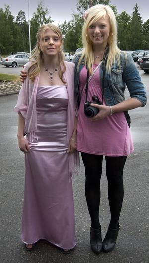 Sara Eriksson från Kilafors, till vänster, uppvaktades av systern Petra.