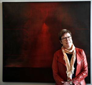 Vi behöver debatten kring Högskolan i Gävle, säger rektor Maj-Britt Johansson, rektor. Här framför målningen Röd koordinat av Kenneth Håkansson som hänger utanför hennes arbetsrum.
