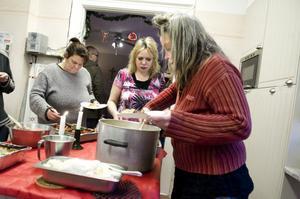 Maria Pojkas, Ulrika Carlsson och Anna-Lotta Kristina Forshell passade på att avsmaka julbordet under fredagseftermiddagen.