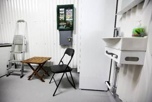 Efter två besiktningar av slakteriet, som gjordes av en grupp människor från olika myndigheter, blev Hallquists slakteri godkänt. Stolen och bordet för veterinären som besiktar djuren före och efter slakt, var en sak som saknades vid den första besiktningen.