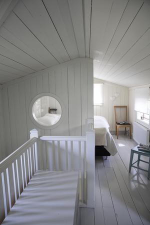 På övervåningen finns en liten hall och två sovrum.