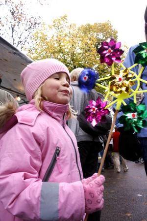VIRVLAR. Alva Reis, 5 år från Söderfors, blåser på sin vindsnurra.