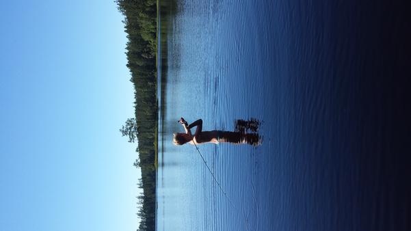 Mitt barnbarn Edvin kombinerar bad och fiske.
