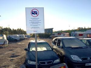 Kommunen har satt upp en Camping förbjuden-skylt vid lägret som tömts på romer.  26 skrotfärdiga bilar och husvagnar måste nu bärgas.