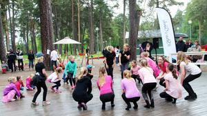 Dansarna från Step by step blev blöta om fötterna när de dansade i regnet.