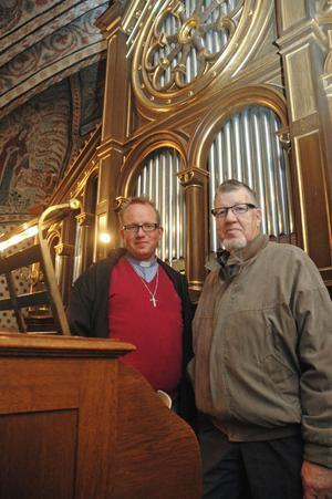 LÅNGVARIGT PROJEKT. Daniel Lindén kyrkoherde i Älvkarleby Skutskärs församling och Willmar Eriksson kyrkofullmäktiges ordförande har jobbat länge för att få orgeln renoverad.