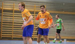 Jesper Jakobsson (till höger) är klar för spel i handbollsligan.
