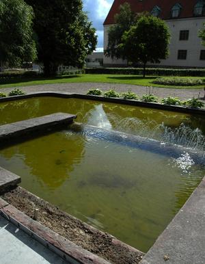 Var är Kerstin? Statyn av kvinnan som blickar ut över Myntparken är sönderslagen igen. Foto:Staffan Alberts
