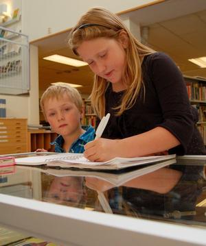 Traditionella boklånare. Karl-Johan Mångs, 5, och Cecilia Mångs, 8, tog under tisdagen del av en utställning med gamla leksaker på Moras folkbibliotek. Men till biblioteket kommer de i huvudsak för att låna böcker. Cecilia lånar mest lättlästa barnböcker hon läser själv, medan Karl-Johan föredrar litteratur om sjörövarpirater.