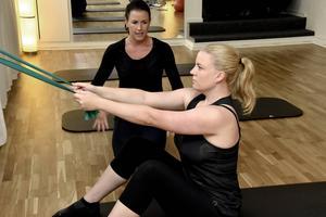 Johanna Påhlsson hjälper Hanna Strandberg att träna rätt.