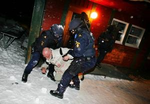 En person ur gisslan är skadad och tas omhand av insatsstyrkan.