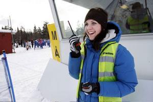Ida Lindahl håller reda på vilka som är på väg att gå in i mål. Hon är en av nästan 30 funktionärer som ser till att Västjämtska tävlingen blir ett bra arrangemang.