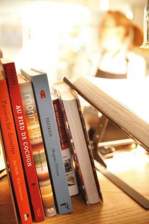 Både böcker och meny på Niklas skvallrar om att man konstant spanar ut i världen för inspiration.