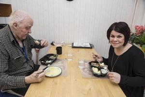 Harald Wallin och Malin Larsson tycker att strömmingen med det hemlagade potatismoset är gott.