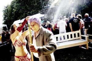 Alla dansar. Esplanaden fylls av dansare i alla möjliga stilar innan karnevalståget    ger sig i väg. Orientalisk magdans kräver vissa förbredelser, turban ska till exempel sättas ordentligt på plats.