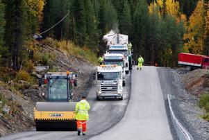 Efter att ha lagt en halvmeter tjockt grus på vägen är det dags för asfalten.