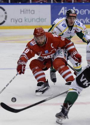 Timrås lagkapten Per Hallin är inte helt nöjd med spelschemat.