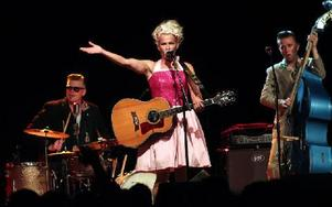 Eva Eastwood bär Sofiaa Ståhls rockabillyklänningar. Förra Classic Car Week hade hon limegrönt, i år blev det rosa. Foto: Jennie-Lie Kjörnsberg