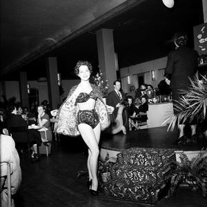Bikinin gjorde så småningom sitt intåg även i Sverige. Här en mannekänguppvisning från 1953.
