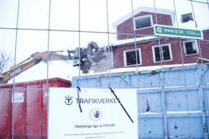 Rum efter rum försvinner då det gamla stationshuset i Gnarp rivs.