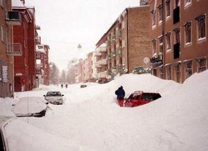 Snön lyste vit och tung på biltaken några veckor före jul 1998.