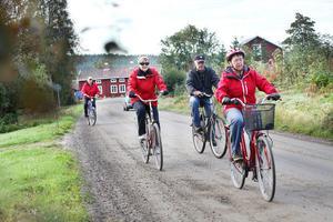 Ellen Sjödin, Inga Greta Mattsson och Rolf Mattsson tar täten när cykelgänget ger sig i väg.