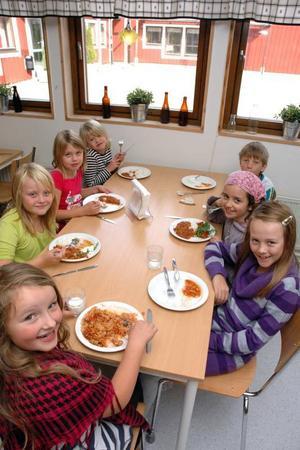 MATSALEN. Det pratades glatt i matsalen på Sörgärdet. Matilda Östling, Tilde Haglund, Olivia Westin, Judit Nordström, Emma Ivarsson och Elaine Skoglund gillar maten. Sebastian Elfving vid bordet föredrar den förra.