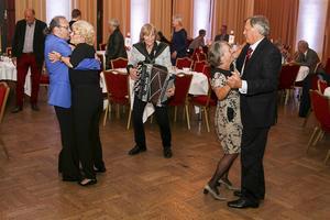 Roland Cedermark bjöd upp till dans för de som fortfarande hade ork kvar efter middagen.