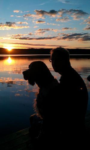 Husse och Frasse njuter av solnedgången vid sjön Valsan i Dalarna.